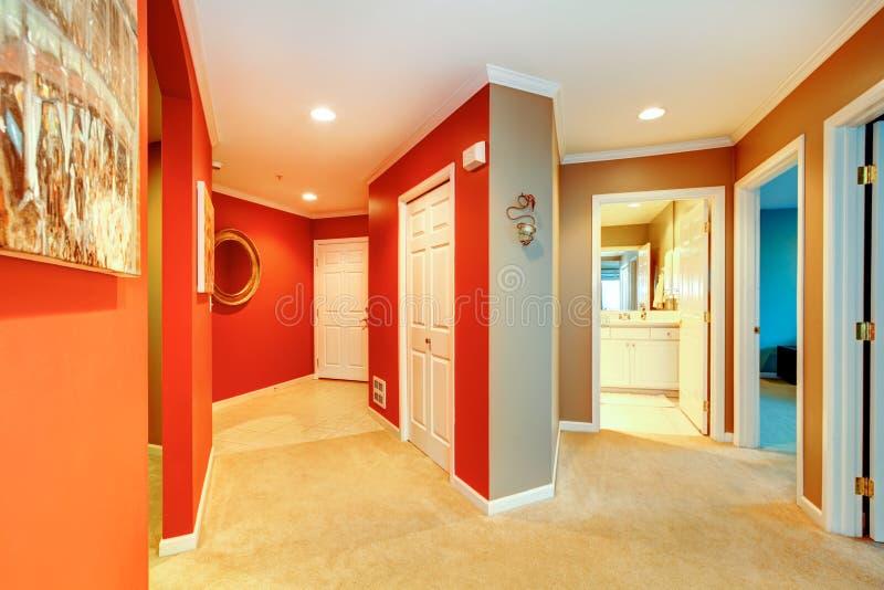 Grande corridoio rosso in appartamento della citt con la - Il tappeto del corridoio ...