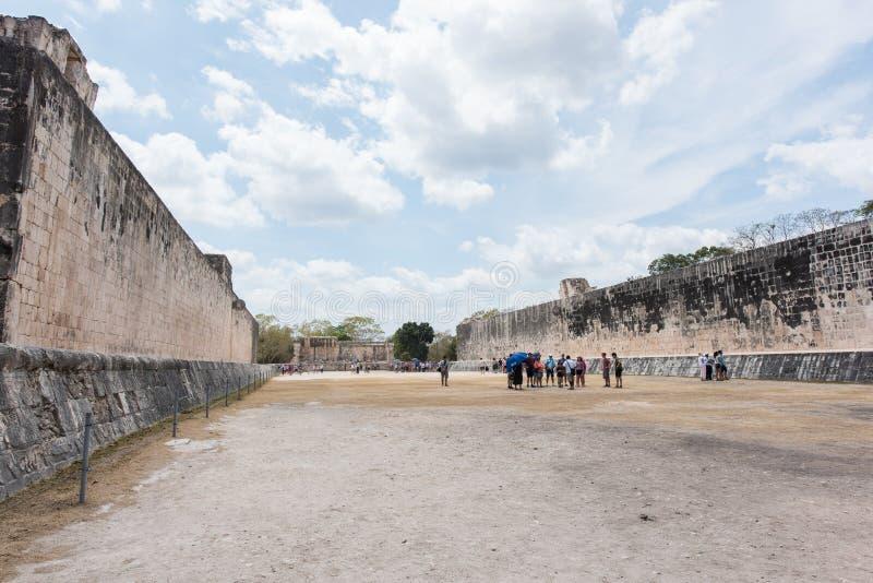 Grande corte da bola para jogar o ` do ` pok-Ta-pok em Chichen Itza, México foto de stock royalty free