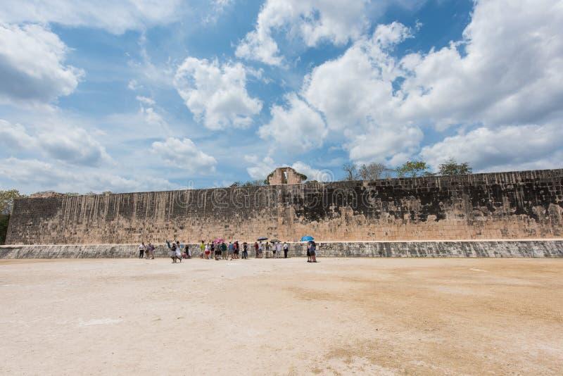 Grande corte da bola para jogar o ` do ` pok-Ta-pok em Chichen Itza, México imagens de stock royalty free
