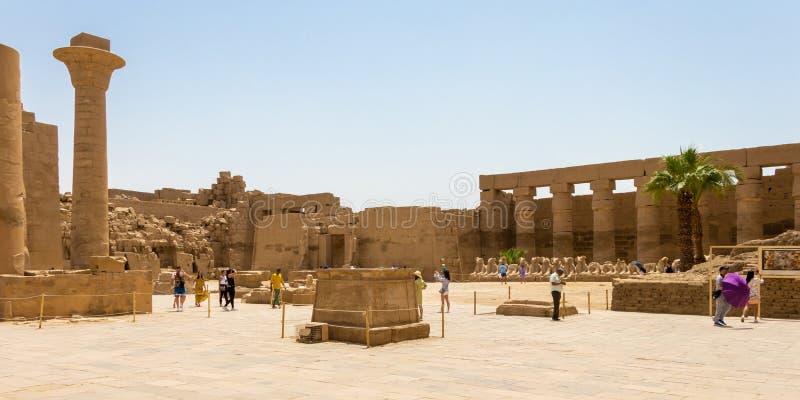 Grande corte no complexo do templo de Karnak, Luxor, Egito fotos de stock royalty free