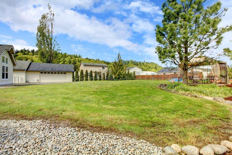Grande cortile con il gazebo fotografie stock libere da diritti