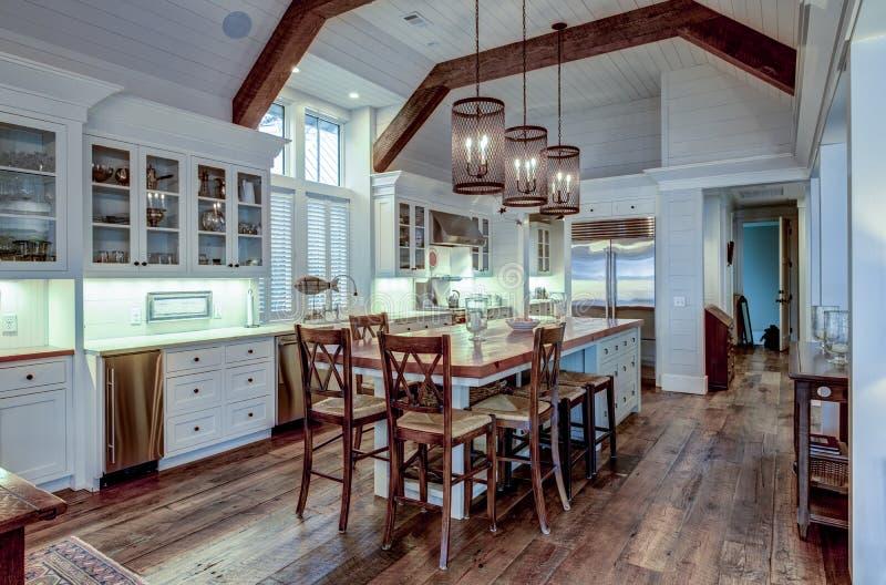 Grande cozinha de chefs cara em casa de luxo com madeira grosseira e armários brancos fotos de stock royalty free