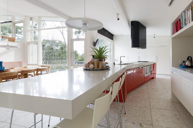 Grande cozinha do desenhista na casa australiana moderna com outl do pátio fotografia de stock