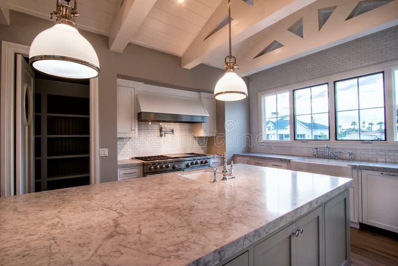 Grande cozinha home moderna nova foto de stock royalty free