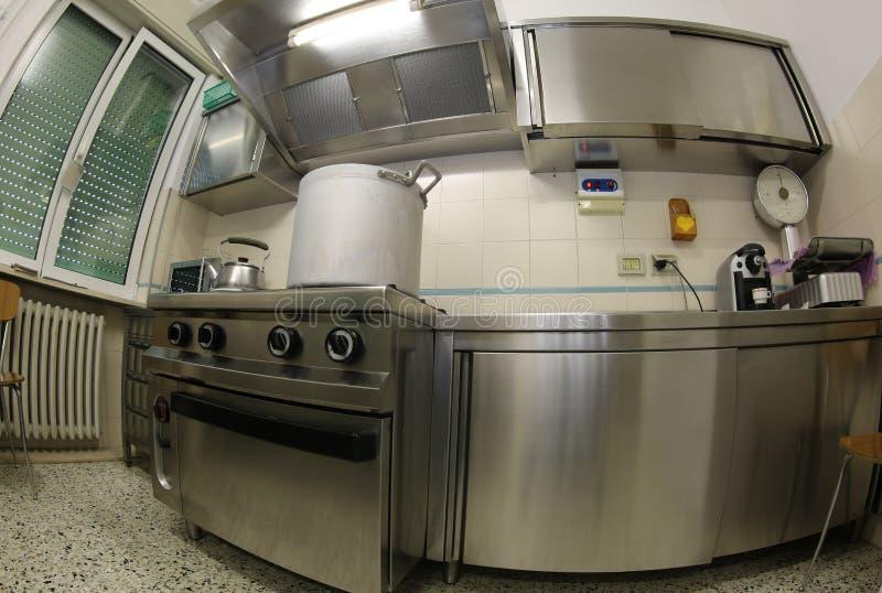 Grande cozinha industrial com fogões de aço e um alumínio gigante fotos de stock