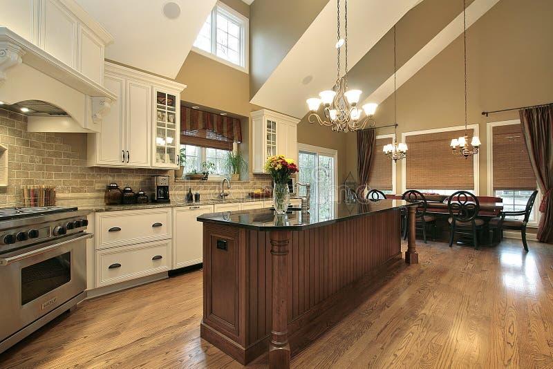Grande cozinha na HOME luxuosa foto de stock