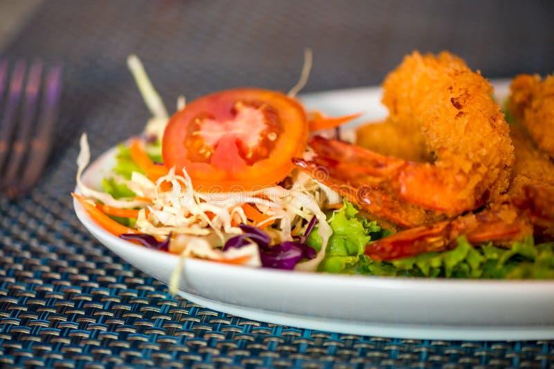 Grande crevette dans la pâte lisse avec des légumes d'un plat photo stock