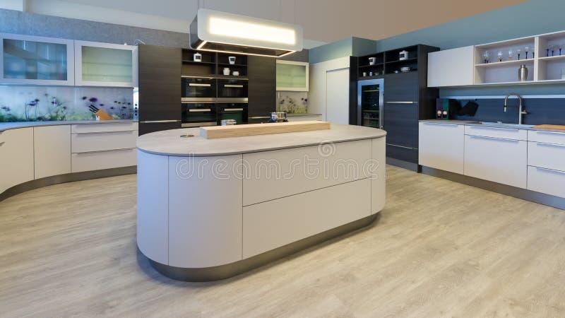 Grande cucina del progettista con gli angoli arrotondati dell'isola fotografia stock