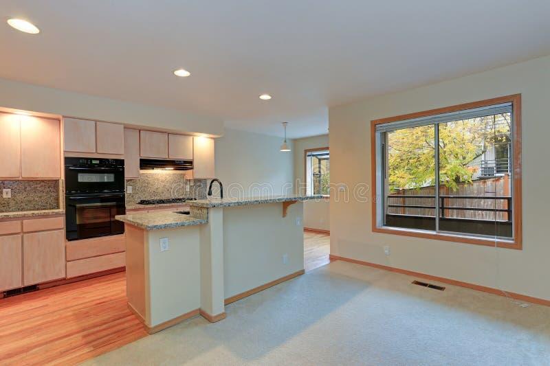 Grande cuisine ouverte avec des plans de travail de granit photographie stock