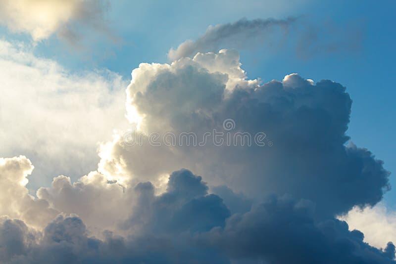 Grande cumulo, nuvole di nimbus con lato positivo, in blu e bianco fotografia stock