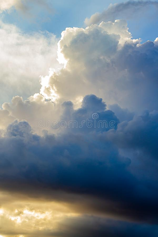 Grande cumulo, nuvole di nimbus con lato positivo, in blu, in oro e nel bianco fotografia stock