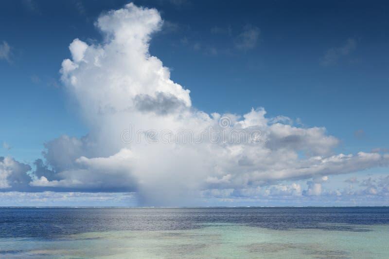 Grande cumulonembo sopra l'oceano tropicale fotografie stock libere da diritti