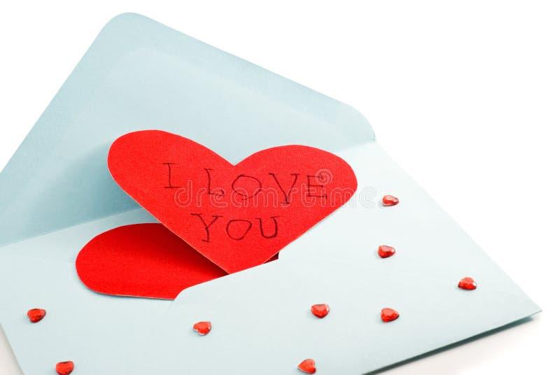 Grande cuore rosso sulla busta della posta immagini stock
