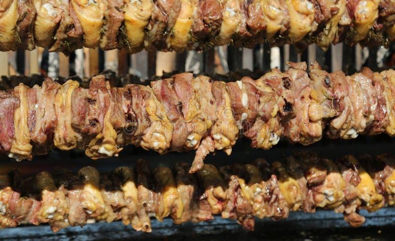 grande cuspe com a carne e a carne de porco da galinha cozinhadas lentamente nos rotis fotos de stock royalty free