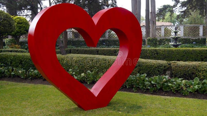 Grande décoration de jardin de coeur photographie stock libre de droits