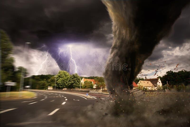 Grande desastre do furacão em uma estrada ilustração do vetor