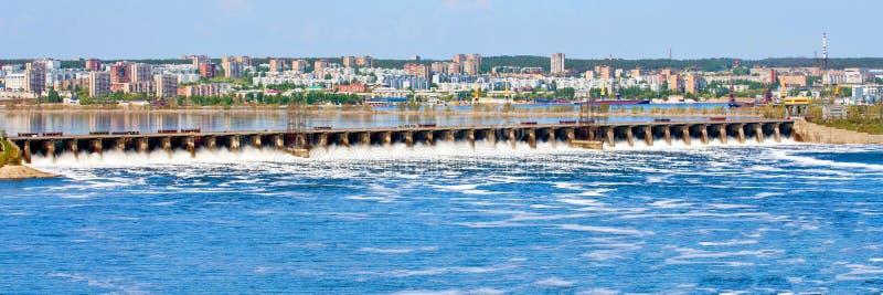 A grande descarga da água de mola na represa de Zhiguli perto da cidade de Tolyatti no Rio Volga imagens de stock royalty free