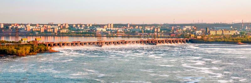 A grande descarga da ?gua de mola na represa de Zhiguli perto da cidade de Tolyatti no Rio Volga foto de stock royalty free