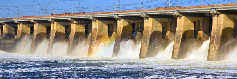 A grande descarga da ?gua de mola na represa de Zhiguli perto da cidade de Tolyatti no Rio Volga imagem de stock royalty free