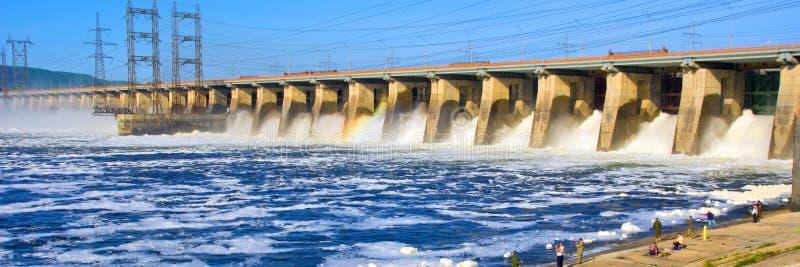 A grande descarga da ?gua de mola na represa de Zhiguli perto da cidade de Tolyatti no Rio Volga imagens de stock