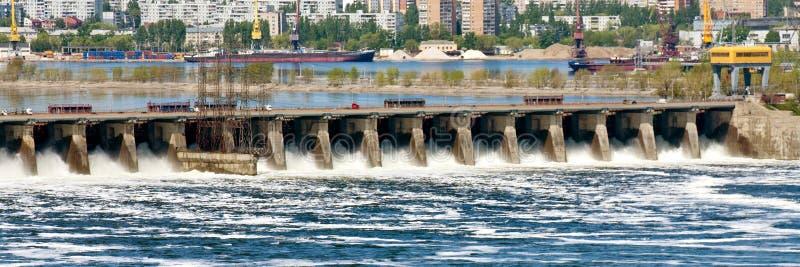 A grande descarga da ?gua de mola na represa de Zhiguli perto da cidade de Tolyatti no Rio Volga imagem de stock
