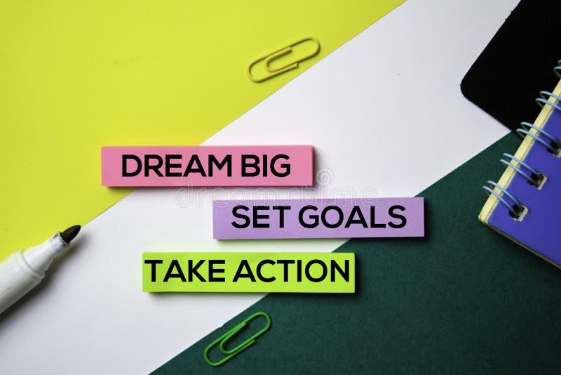 Grande di sogno Definisca gli obiettivi Agisca il testo sulle note appiccicose con il concetto della scrivania fotografia stock