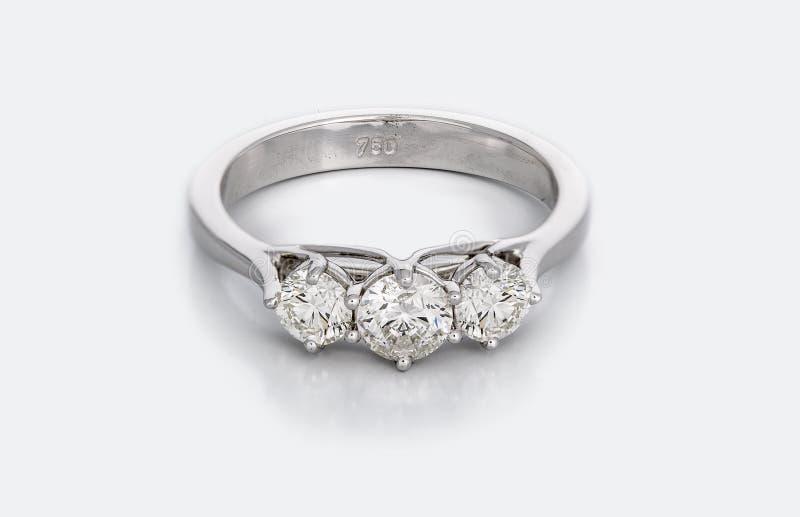 Grande Diamond Solitaire Engagement o fede nuziale immagini stock libere da diritti