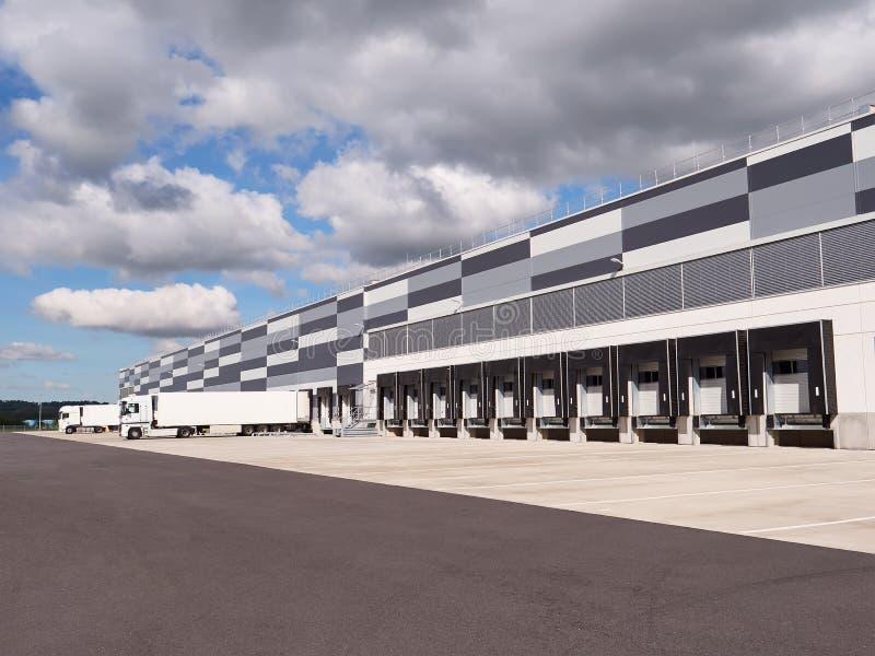 Grande distribuição e armazém logístico Fileira de rampas de carga imagem de stock