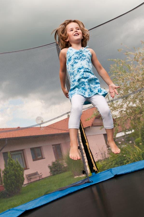 Grande divertimento - trampolino di salto del bambino immagini stock