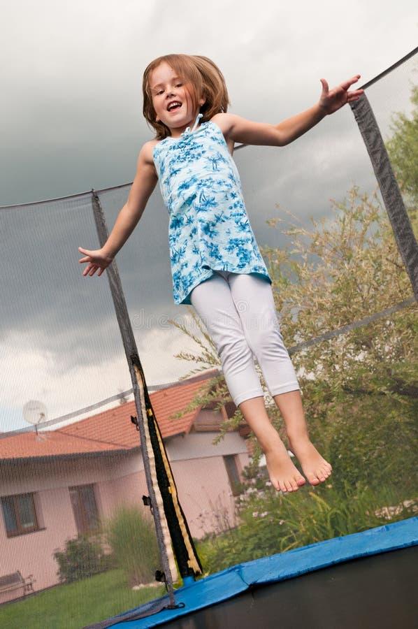 Grande divertimento - trampolino di salto del bambino fotografia stock