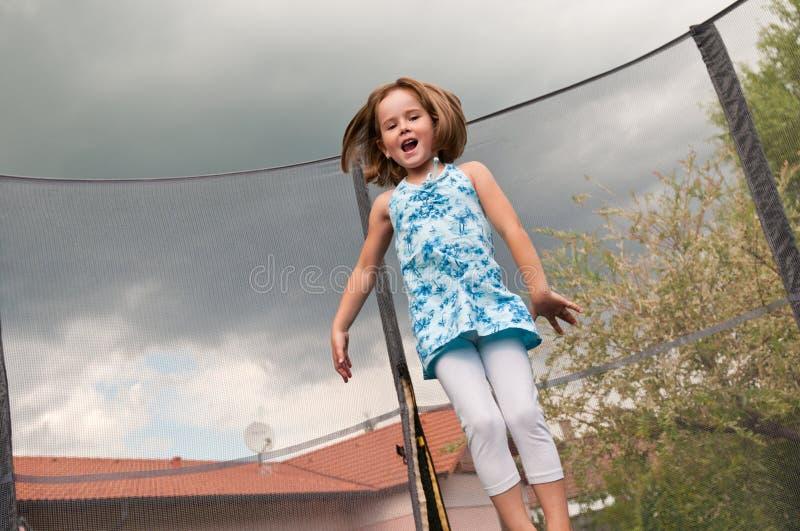 Grande divertimento - trampolino di salto del bambino immagine stock