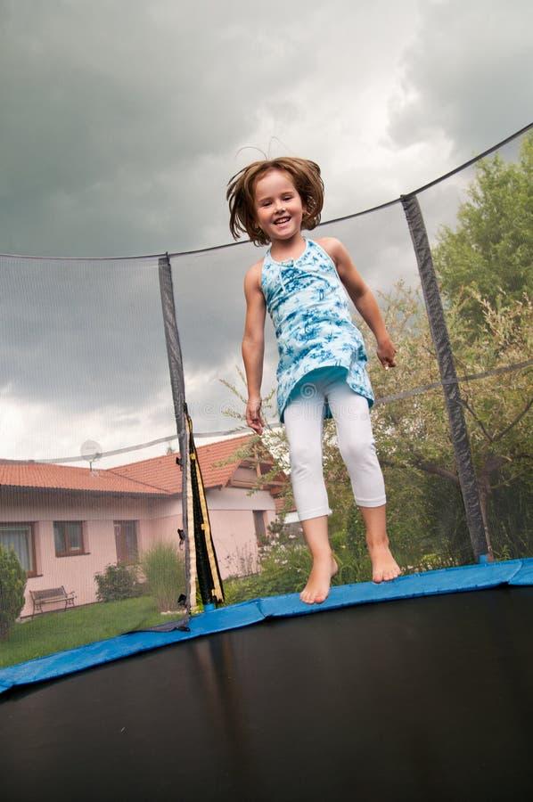 Grande divertimento - trampolino di salto del bambino fotografia stock libera da diritti