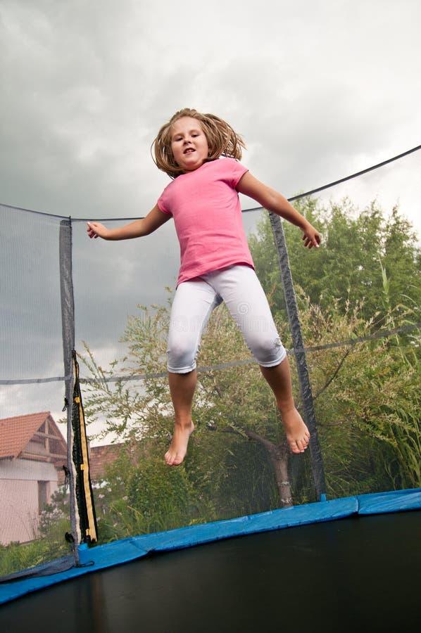 Grande divertimento - trampolino di salto del bambino fotografie stock