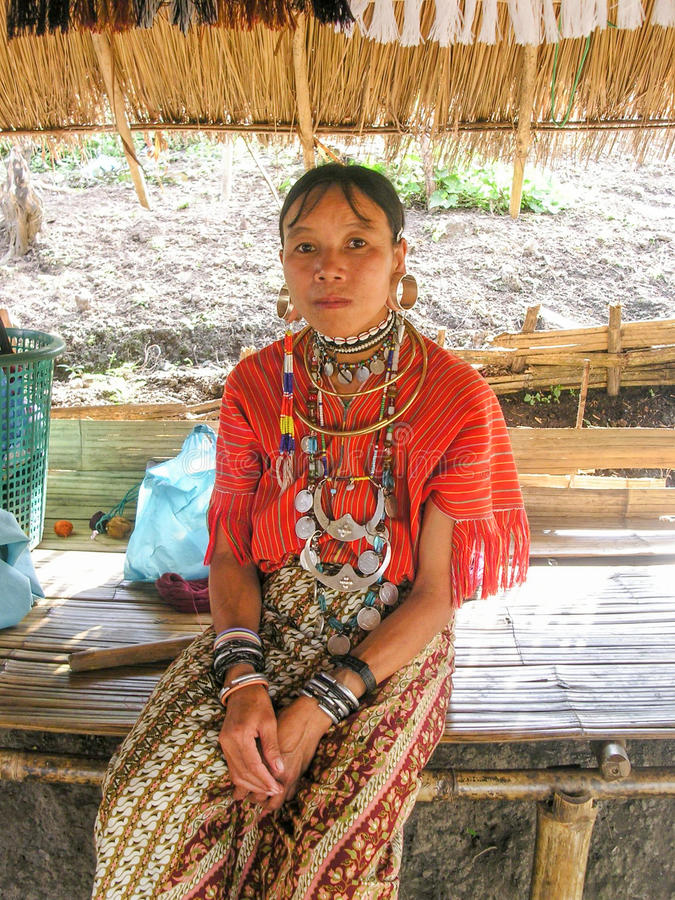 Grande donna dell'orecchino dal villaggio della sommità vicino a Chiang Mai, Tailandia immagini stock
