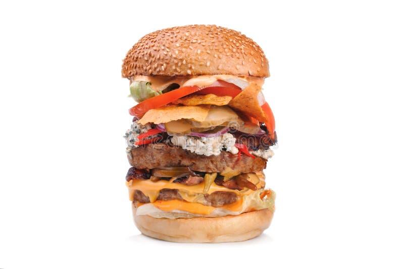 Grande doppio hamburger saporito dell'hamburger isolato su bianco fotografia stock libera da diritti