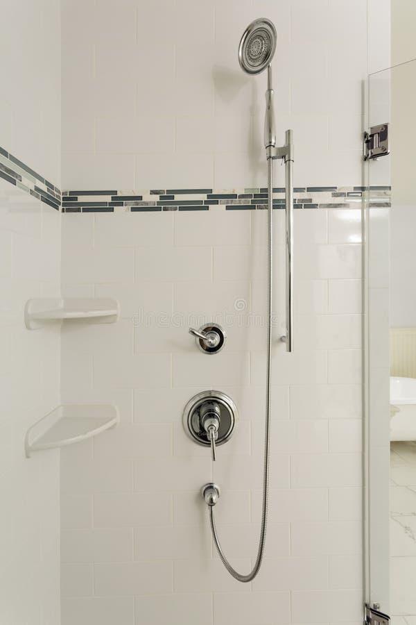 Grande douche dans une maison classieuse photo stock