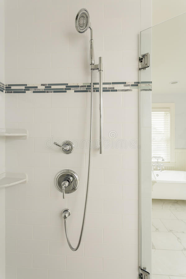 Grande douche dans une maison classieuse photographie stock libre de droits