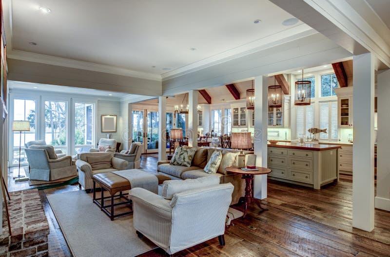 Grande e aberto interior residencial com sala de estar, cozinha e sala de jantar imagens de stock royalty free