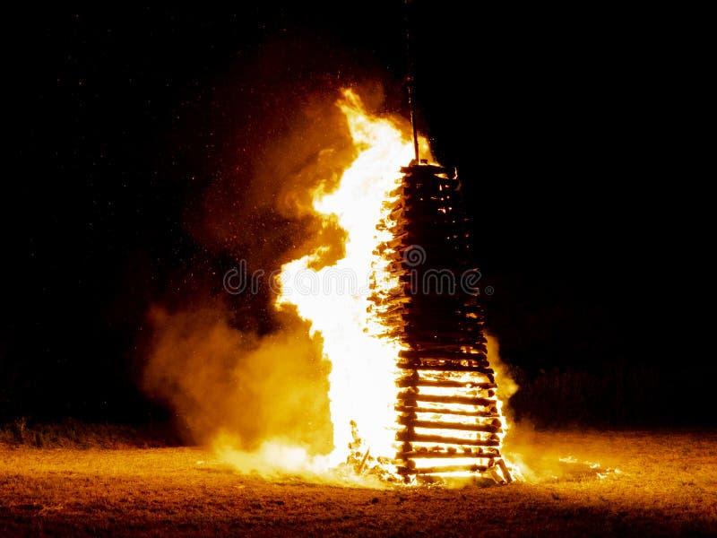 Grande e fogo fantástico dos plenos verões ou fogo do solstício na noite escura em junho foto de stock