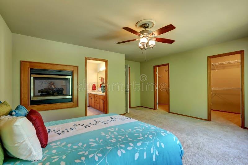 Grande ed interno semplice della camera da letto con la passeggiata attraverso il gabinetto fotografie stock