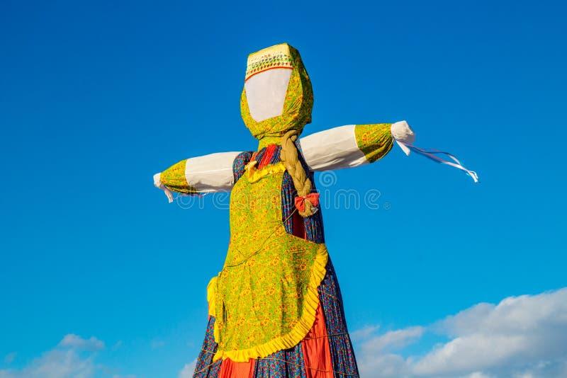 Grande effigie Maslenitsa sous forme de femme dans la robe russe traditionnelle images stock