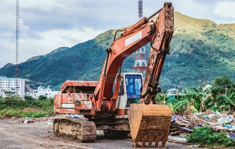 Grande escavador com balde foto de stock