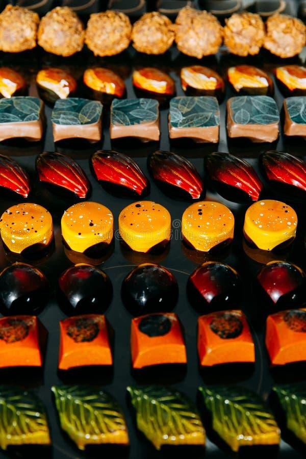 Grande escolha de chocolates feitos a mão nas fileiras fotos de stock royalty free