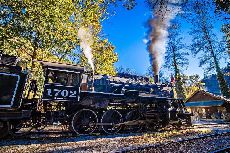 Grande escursione di stagione di autunno della strada di ferrovia delle montagne fumose fotografia stock