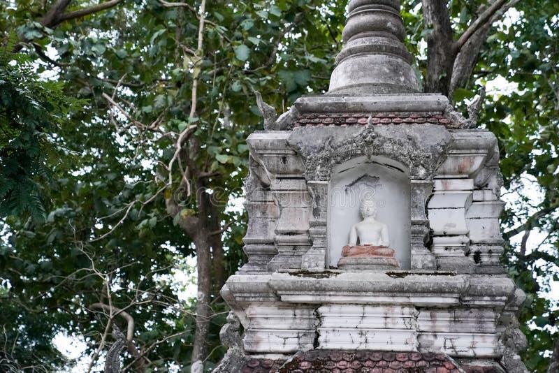 Grande estátua branca da Buda com a parede velha do fundo imagem de stock