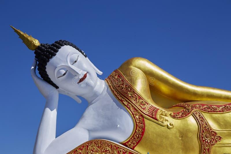 Grande estátua branca da Buda no céu azul vívido imagens de stock