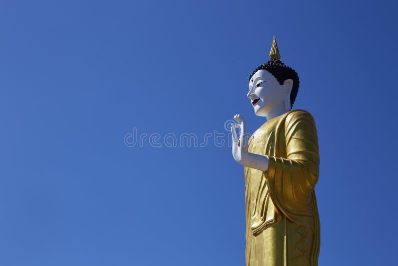 Grande estátua branca da Buda no céu azul vívido imagem de stock
