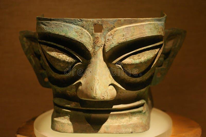Grande estátua de bronze antiga China da máscara foto de stock