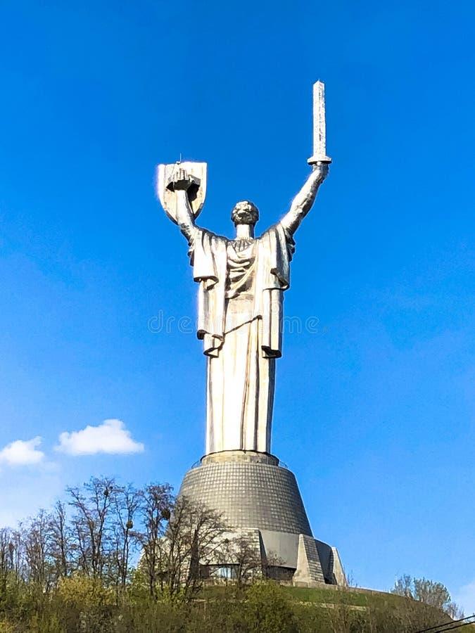 Grande estátua do metal da pátria em Ucrânia com um protetor e uma espada, vista da parte traseira Ucr?nia, Kiev, o 17 de abril d fotos de stock