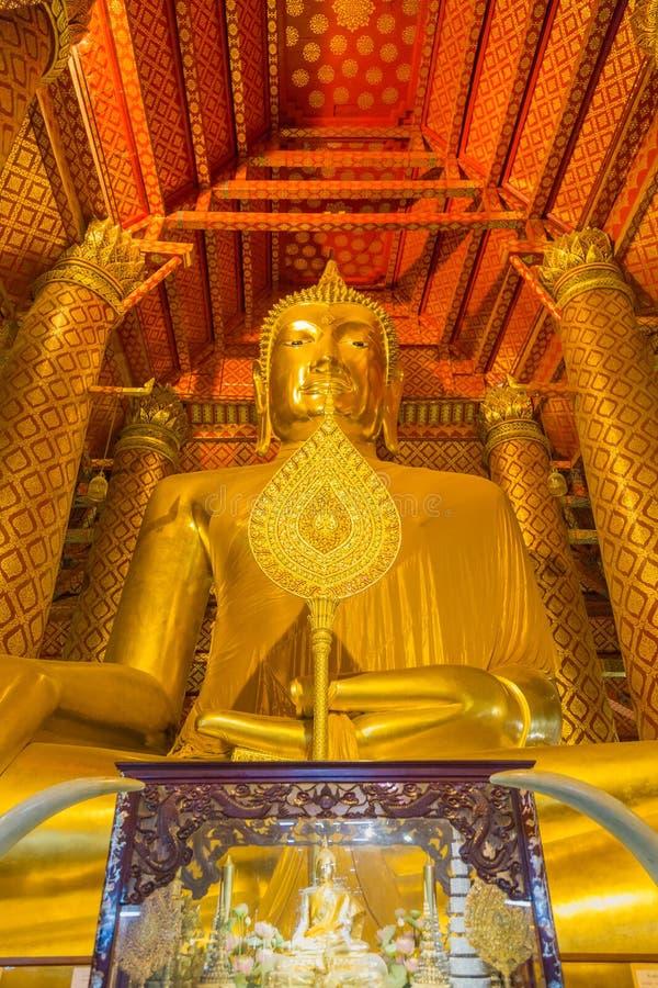 A grande estátua dourada bonita de buddha na igreja de Wat Phanan fotos de stock